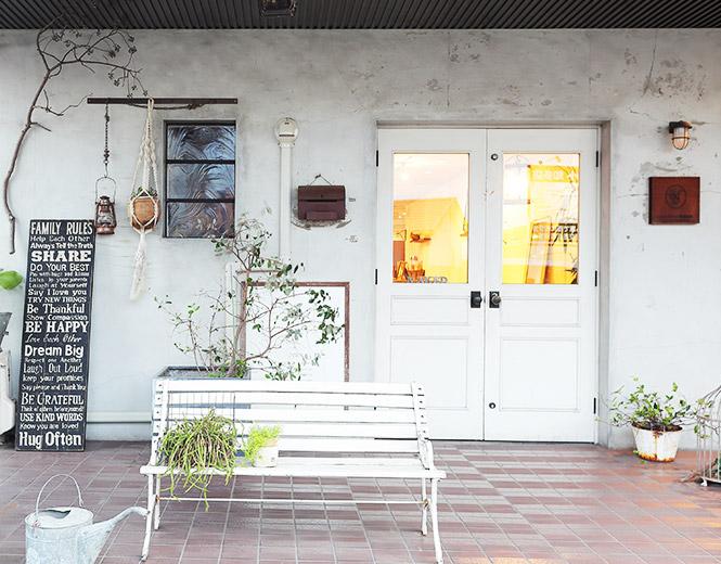 隠れ家の様な雰囲気のある白い扉のむこうには…